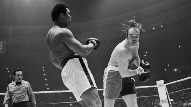 Chuck Wepner takes a wild swing at Muhammad Ali in the second round of their heavyweight title bout 3/24