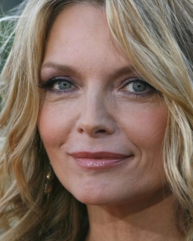 Michelle-Pfeiffer-9439133-1-402