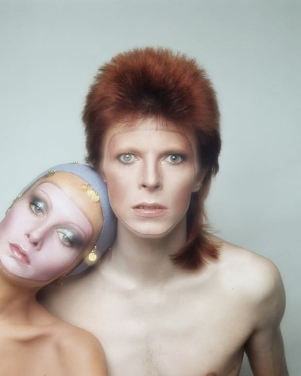 David Bowie: English supermodel Twiggy strikes a glam-rock pose with David Bowie in Paris for the classic cover of his Pin Ups album in 1973. (Photo by Justin de Villeneuve/Hulton Archive/Getty Images)