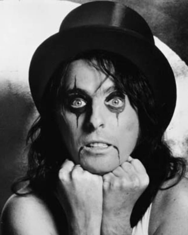 Promotional portrait of American rock singer and songwriter Alice Cooper, wearing a top hat and makeup, early 1970s. (Photo by Hulton Archive/Getty Images)