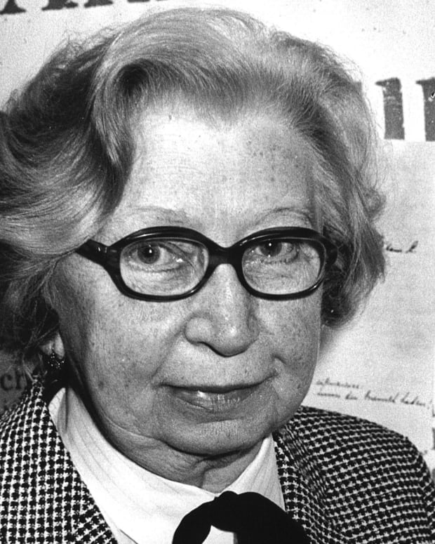epa01986514 (FILES) A file photo dated 3 June 1986 of Miep Gies  holding the original Diary of Anne Frank.  Giess, the office secretary who defied the Nazi occupiers to hide Anne Frank and her family for two years and saved the teenager's diary, died 11 January 2010, aged 100.  EPA/STF
