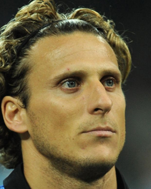 MILAN, ITALY - MARCH 13:  Diego Forlan of FC Internazionale Milano looks on prior to the UEFA Champions League Round of 16 second leg match between FC Internazionale Milano and Olympique de Marseille at Stadio Giuseppe Meazza on March 13, 2012 in Milan, Italy.  (Photo by Valerio Pennicino/Getty Images)
