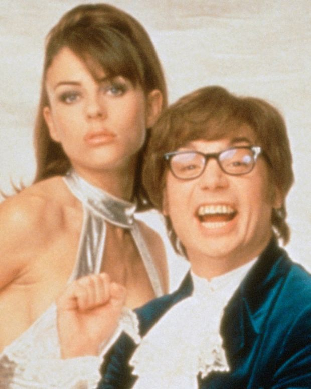 Elizabeth Hurley and Mike Myers in Austin Powers