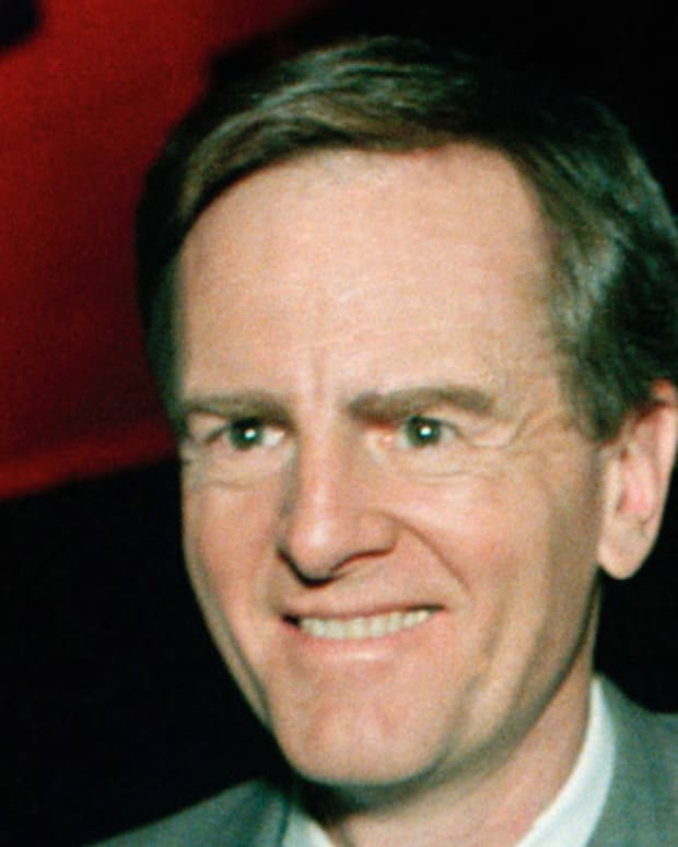 John Sculley, chaiman of Apple Computer Inc., shows off the new Macintosh II computer at news conference in Los Angeles Monday, March 2nd, 1987.   Two new computer --the Macintosh II and Macintosh SE-wer introduced and are the first sold by Apple that will be able to run programs written for IBM-type personal computers. (AP Photo / Reed Saxon).