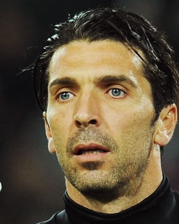 TURIN, ITALY - APRIL 01:  Gianluigi Buffon of Juventus FC issues instructions during the Serie A match between Juventus FC and SSC Napoli at Juventus Arena on April 1, 2012 in Turin, Italy.  (Photo by Valerio Pennicino/Getty Images)