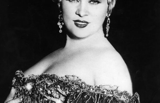 Hair Dos and Don'ts: Mae West's 'do is a testament to every lady who wants their hair to look like cake-frosted rose petals. (Photo circa 1933). (Photo: Getty Images)