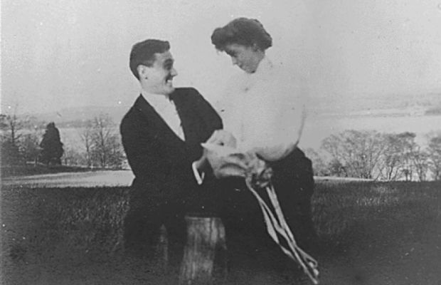 Franklin and Eleanor share a candid moment in 1905. (Photo: Franklin D. Roosevelt Presidential Library and Museum [Public domain], via Wikimedia Commons)