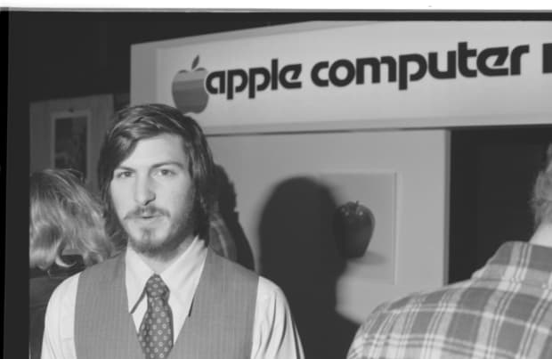 steve-jobs-photo-appleII-debut-01-raw