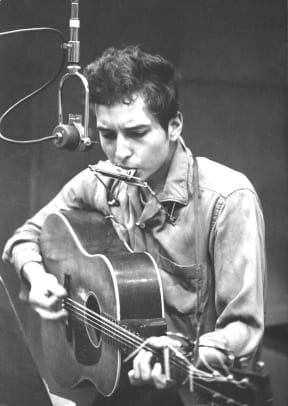 a biography of bob dylan a singer songwriter Bob dylan: 1960s political and social movements bob dylan, a folk rock singer-songwriter, started his career in the early 1960s with songs that defined social issues such as the vietnam war and the civil rights movement.