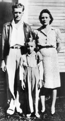 2_Elvis PRESLEY, as a child with his parents - Vernon Presley, Elvis Presley (as child), Gladys Presley (Photo by RB:Redferns)