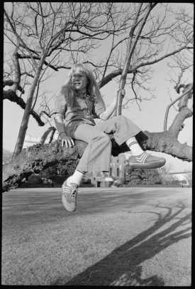amy_carter_sitting_in_a_tree_on_the_white_house_grounds_By Unknown or not provided (U.S. National Archives and Records Administration) [Public domain], via Wikimedia Commons