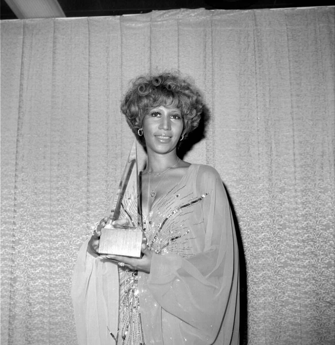 Aretha Franklin: At the American Music Awards, Aretha Franklin poses for a  portrait backstage  with her trophy for 'Favorite Soul/R&B Artist' in her hands on January 31, 1977, in Santa Monica, California. (Photo by  Michael Ochs Archives/Getty Images)