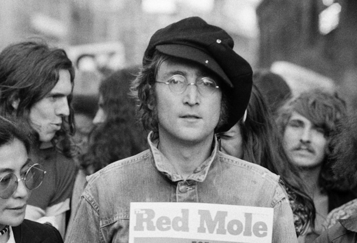 Yoko Ono (left) and John Lennon at a London rally in 1975. (Photo: Rowland Scherman/Getty Images)