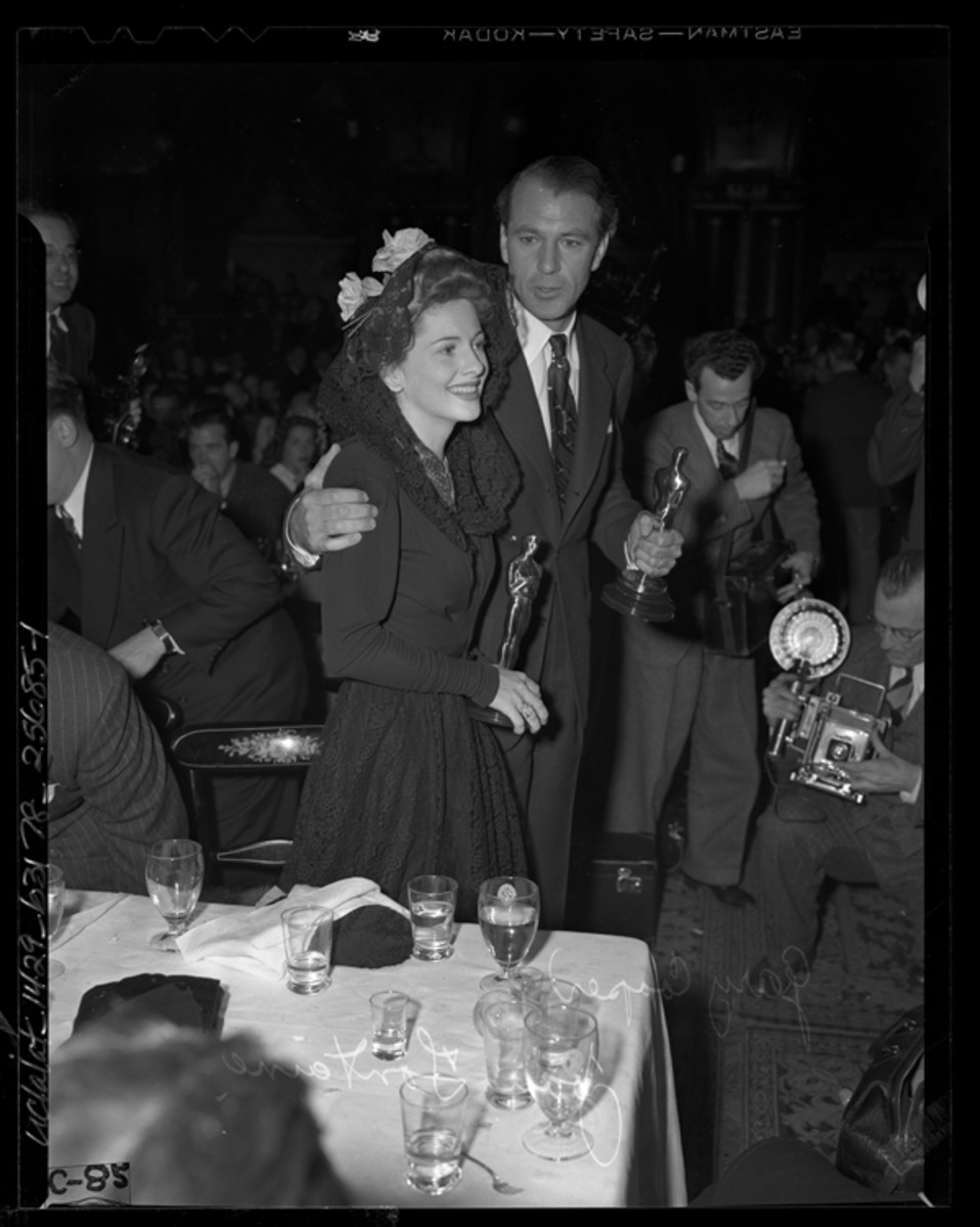 Gary Cooper and Joan Fontaine 1942 Oscars Photo Los Angeles Times Archives, Public Domain via Wikimedia Commons