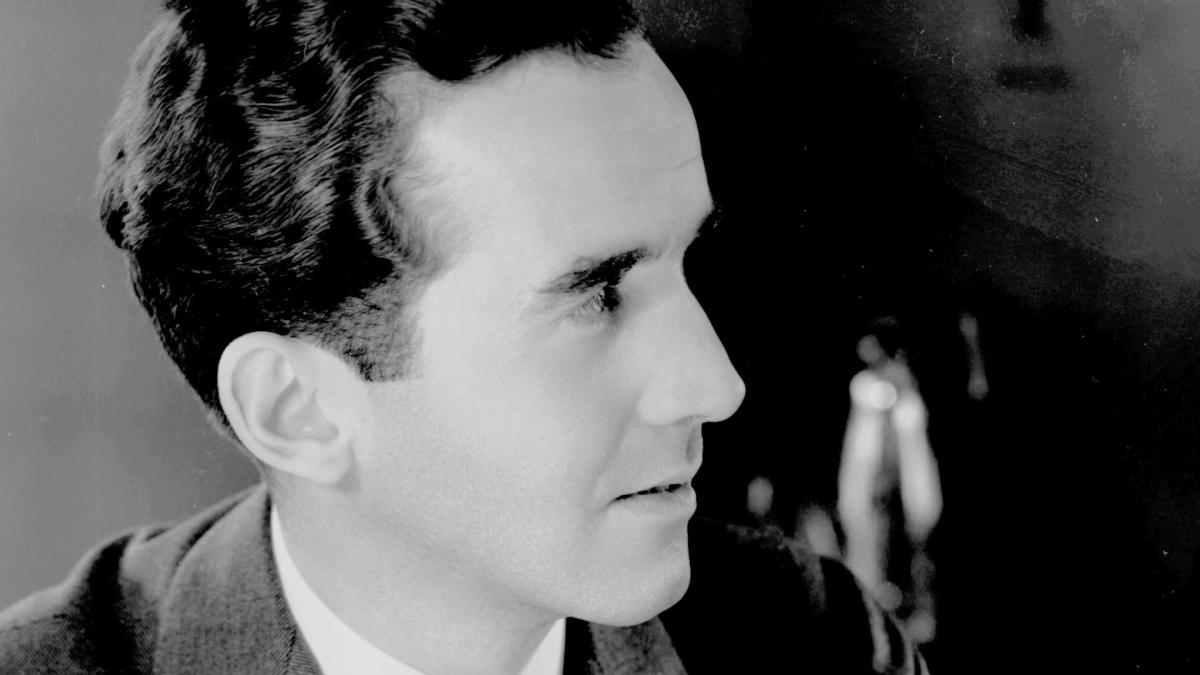 edward r murrow Sixty years ago, edward r murrow performed one of the most famous acts of journalistic evisceration in american television history on march 9th, 1954, murrow—who was then perhaps the country.