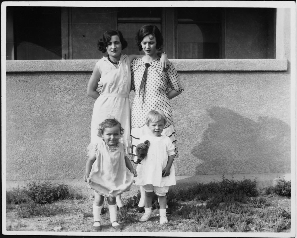 Marilyn Monroe with her mother Gladys Baker (top right) and friends, circa 1929