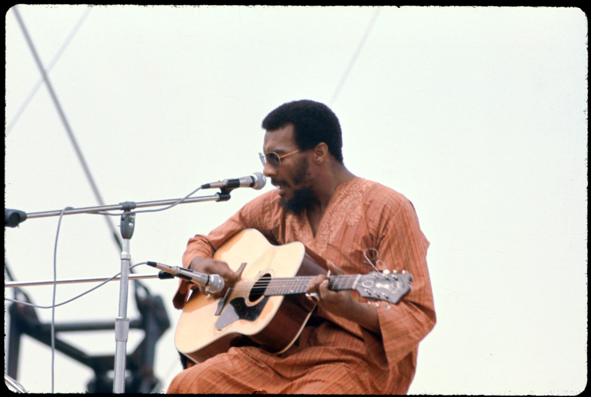 Richie Havens performs onstage at the Woodstock Music and Arts Fair in Bethel, New York, August 15, 1969