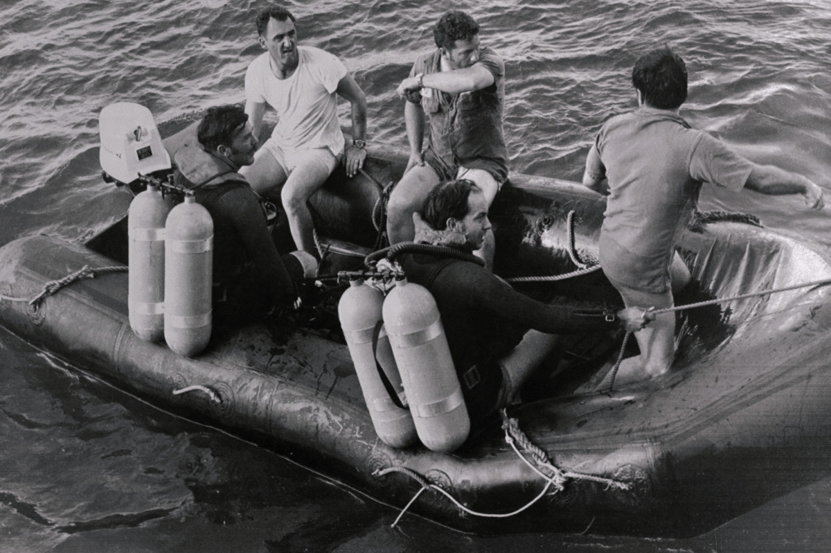 U.S. Navy divers searching for the bodies of Roberto Clemente and three others killed in a plane crash in a mercy mission to Nicaragua.