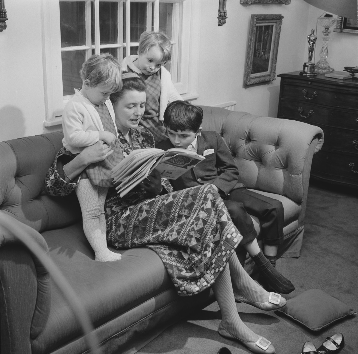 Roald Dahl's wife, Patricia Neal, reading Charlie and the Chocolate Factory with their children Lucy, Ophelia and Theo in January 1968.