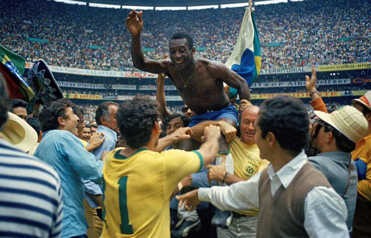 Pele celebrates the victory after winning the 1970 World Cup on June 21, 1970, in Città del Messico, Mexico