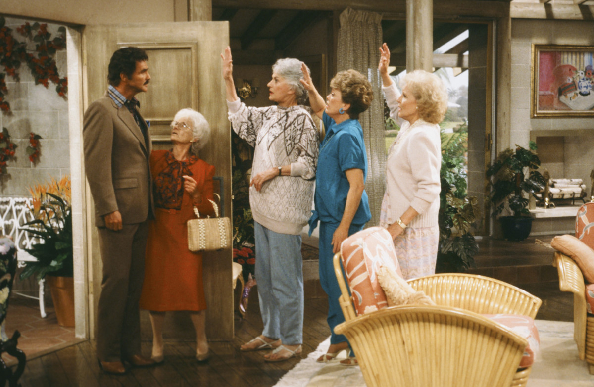 """(L-R) Burt Reyolds as Himself, Estelle Getty as Sophia Petrillo, Bea Arthur as Dorothy Petrillo Zbornak, Rue McClanahan as Blanche Devereaux, Betty White as Rose Nylund in a scene from """"The Golden Girls"""""""