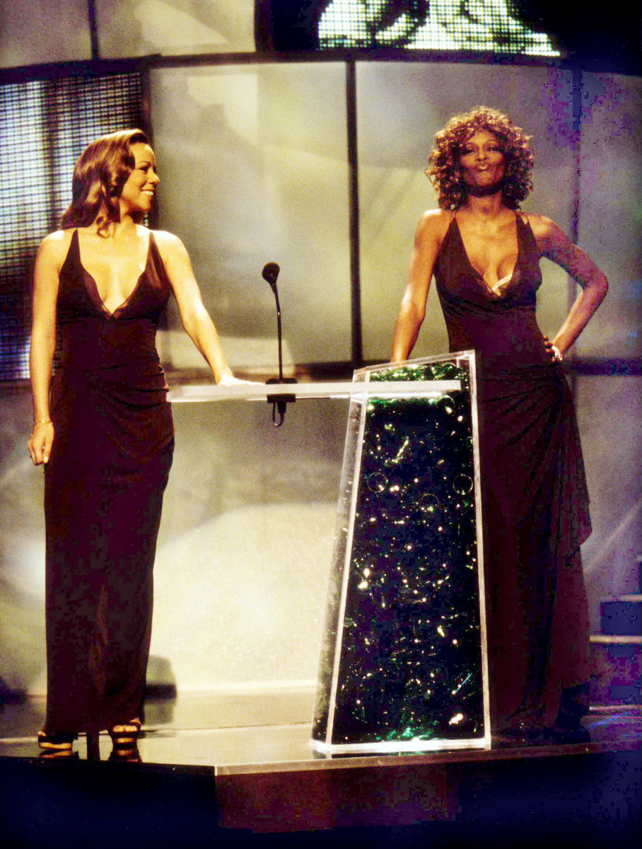 Mariah Carey and Whitney Houston wearing the same dress at the 1998 MTV Videos Music Awards