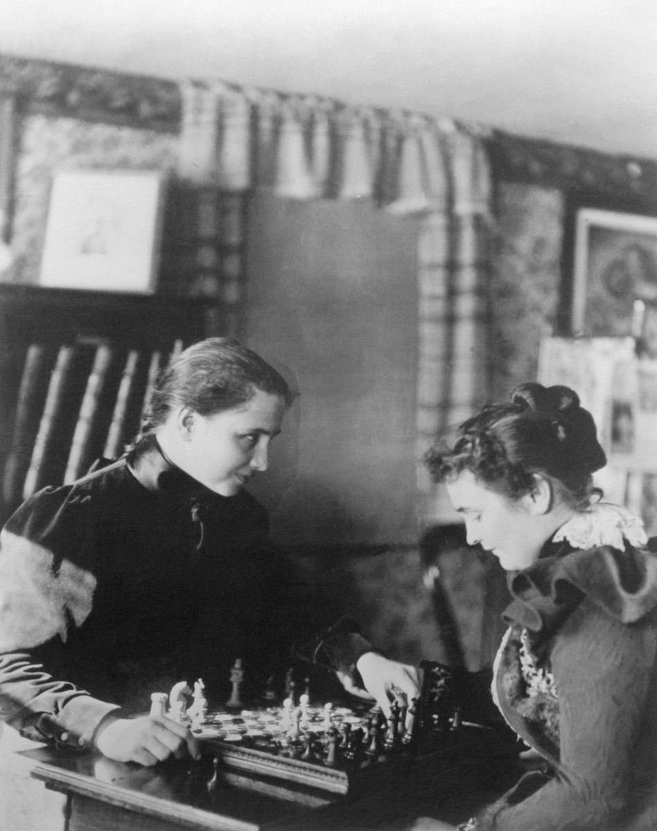 Helen Keller playing chess with Anne Sullivan, circa 1899