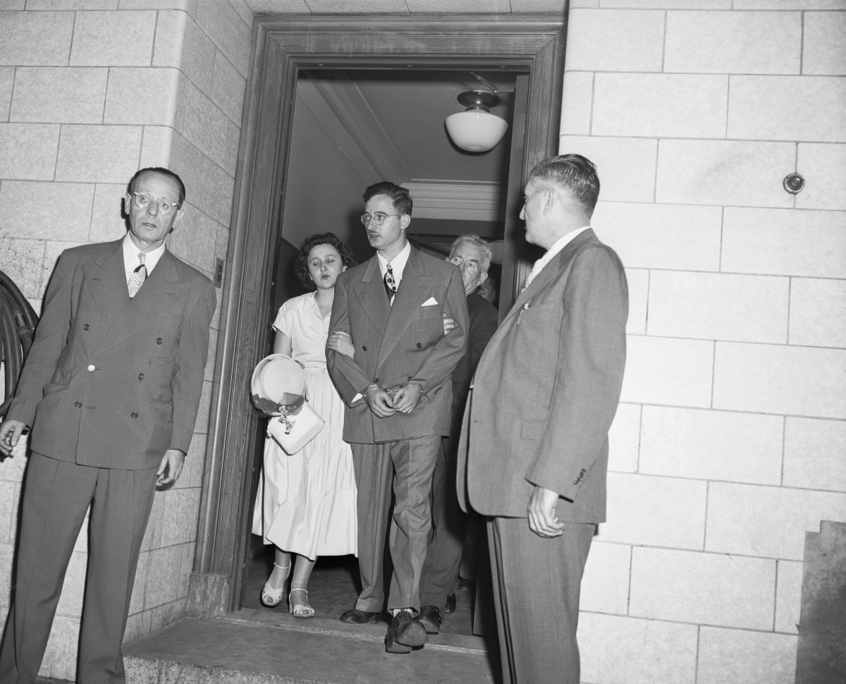 Ethel and Julius Rosenberg at the courthouse
