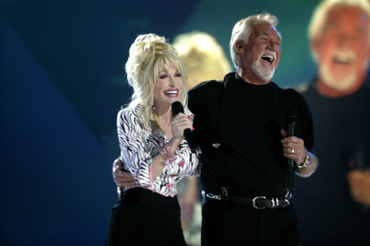 "Dolly Parton and Kenny Rogers perform their hit duet ""Islands In The Stream"" at the CMT's ""100 Greatest Duets"" concert in June 2005"